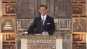 Il sig. David Miscavige, leader ecclesiastico della religione di Scientology e Presidente del Consiglio di Amministrazione del Religious Technology Center ha presieduto la cerimonia, insieme a leader locli e nazionali nell'apertura di questo punto di riferimento culturale.