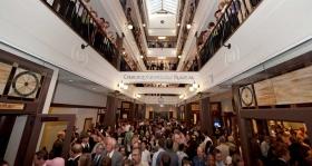 Dopo la caduta del nastro, migliaia di Scientologist e gli ospiti in tour attraverso Skylit spettacolare della Chiesa galleria di quattro piani.