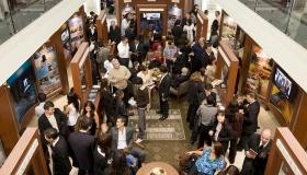 Nel nuovo Centro di Informazioni al Pubblico dell'Organizzazione Ideale, migliaia di persone vengono a conoscenza delle credenze e delle pratiche della religione di Scientology, della vita del fondatore L. Ron Hubbard, e dei numerosi programmi di il miglioramento sociale e sponsorizzati da Scientology nell'ambito della società.