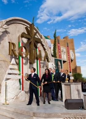 Il signor David Miscavige ha tagliato il nastro per inaugurare la nuova Chiesa di Scientology di Roma, insieme al direttore esecutivo della Chiesa e a dignitari, dando il via alla più grande espansione in 30 anni di Scientology in Italia.