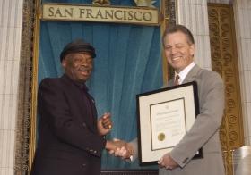"""Per l'occasione il sindaco di San Francisco Willie Brown, ha presentato un proclama alla Chiesa, encomiando la Chiesa """"per i suoi sforzi nel rendere la Bay Area un luogo migliore per le persone di tutte le razze, colori, religioni e stili di vita""""."""