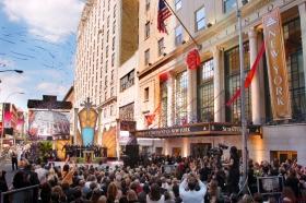 Subito dopo il taglio del nastro della Chiesa di Scientology di New York, gli ospiti hanno varcato per la prima volta la soglia della nuova Chiesa della Grande Mela.